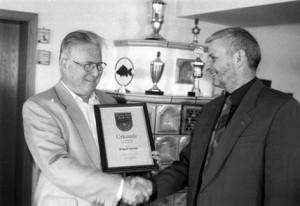 """Kurt Gohlke (rechts) bei der Übergabe der Urkunde an seinen """"Lehrmeister Hartl"""" Erhard Herold."""